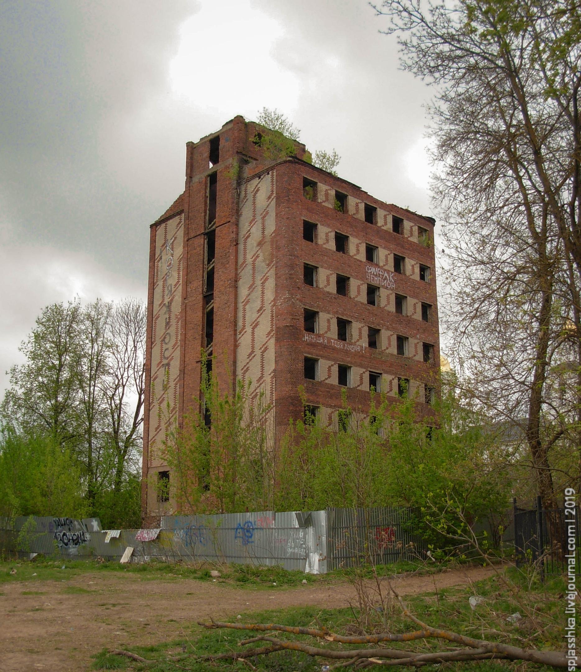 20. Дом Парижской Коммуны - не был перелицован под сталинку, но стал руинами