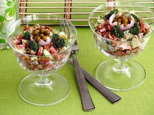 Салат с сухариками и копчёной колбасой!