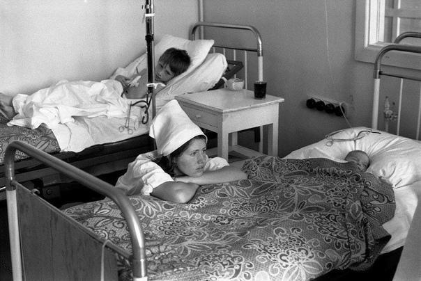 Медсестра-практикантка в отделении детской реанимации Городской больницы 1