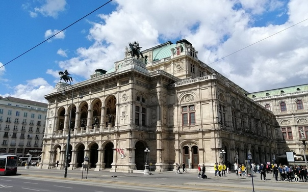 В балетной школе Венской оперы ученикам советовали курить, чтобы те не набирали вес, а вместо фамилии называли размер одежды