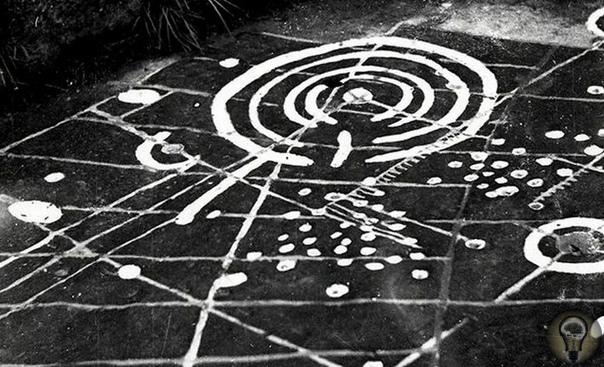 Древняя плита с непонятными надписями и рисунками