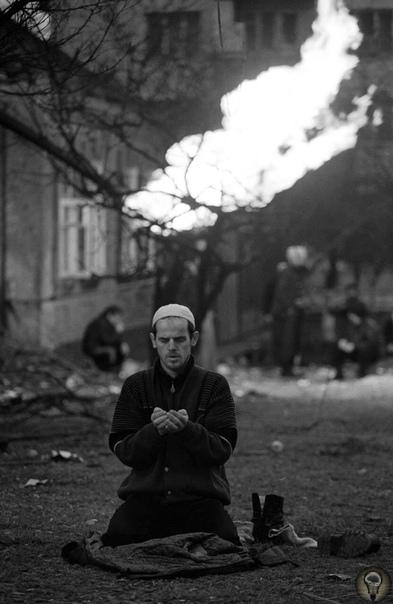 Чеченец молится в Грозном, январь 1995 г