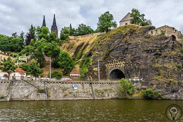 Загадки пражского Вышеграда Городище Вышеград возникло в 10 веке по приказу воеводы Крока на скале, выше которой, по его мнению, в Чехии ни одной не было. Крепость была неприступна с трёх