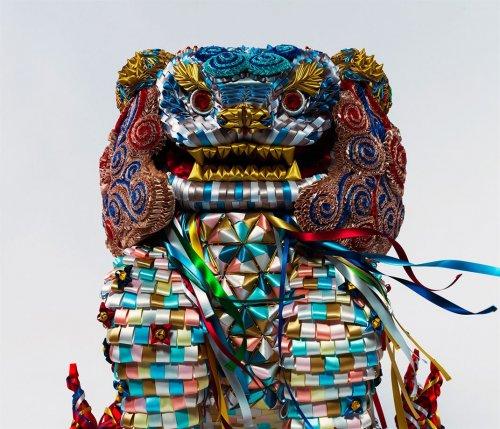 Японские художники создают красочные скульптуры из лент Когда большинство людей думает о лентах, на ум приходят подарки на день рождения, украшения для одежды или аксессуары для волос. Однако