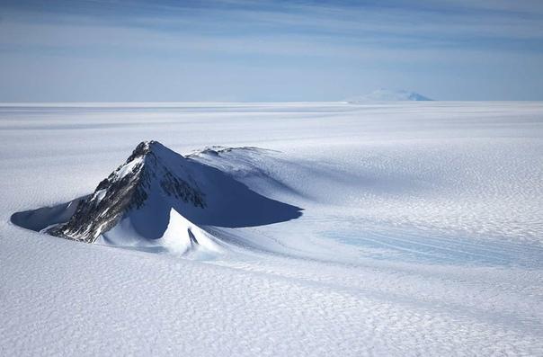 Эта гора возвышается над рельефом западного антарктического ледяного щита