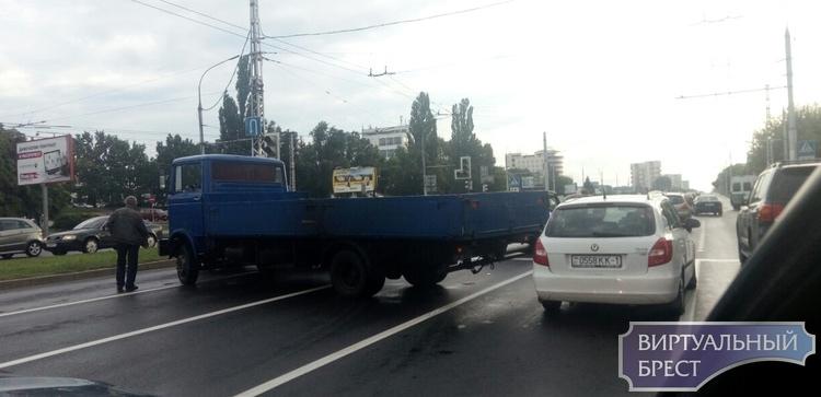 В Бресте несколько досадных ДТП: грузовик развернуло и легковушку зажало