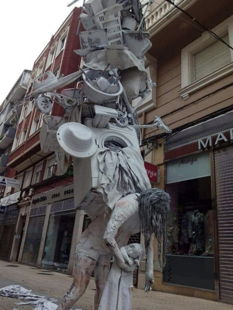 Памятник женщине в декретном отпуске .