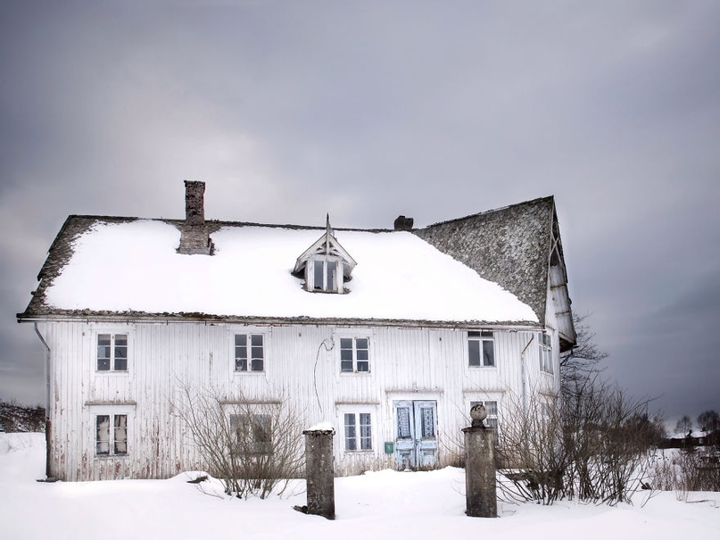 https://www.boredpanda.com/i-made-a-photo-series-from-inside-an-abandoned-house/