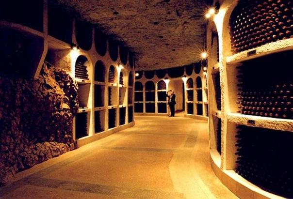 ТАЙНЫ КРИКОВСКИХ ПОГРЕБОВ, или НОВОСТИ ЗОЛОТОГО ЗАПАСА МОЛДОВЫ Вторая мировых война нанесла значительный урон молдавским виноградникам и индустрии виноделия. Лишь в 50-х годах стали