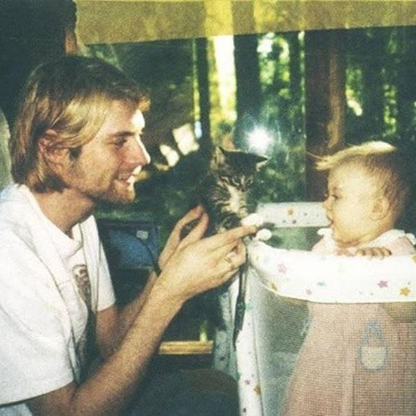 Курт Кобейн показывает котёнка своей дочери Френсис (1993 год)