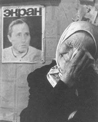 На этом потрясающем и уникальном снимке фотографа Юрия Рыбчинского жительница деревни Мериново (ныне Садовая