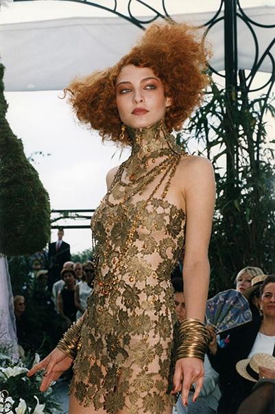 КультПоказ: полуобнаженная Шалом Харлоу и Наоми Кэмпбелл в золоте на кутюрном показе Dior эпохи Джона Гальяно