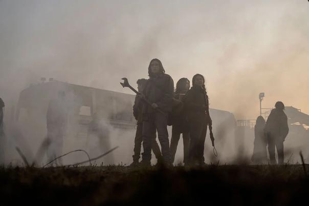 Первые кадры нового спин-оффа сериала «Ходячие мертвецы» Главными героинями выступят две молодые девушки, а основное действие развернется вокруг первого поколение людей, что выросло после