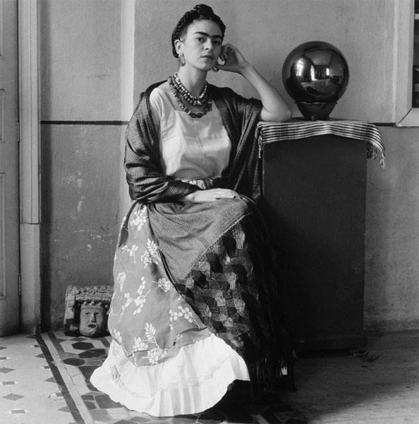 ЛЮБОВЬ И ЖИЗНЬ ВЕЛИКОЙ ФРИДЫ КАЛО. Фрида Кало родилась в Мехико в 1907. Она третья дочь Гулермо и Матильды Кало. Отец - фотограф, по происхождению - еврей, родом из Германии. Мать - испанка,