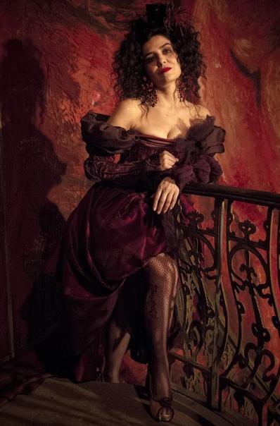 48 лет исполняется актрисе бразильской Летисии Сабателле! В России актриса широко известна благодаря роли Латифы в популярном сериале Клон. Актриса также великолепно