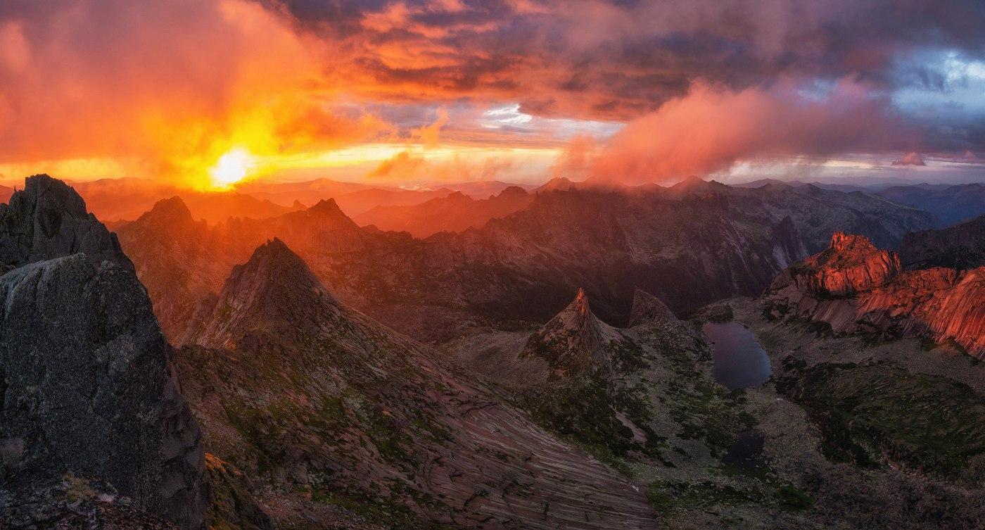 Панорама с перевала Птица, природный парк Ергаки. Красноярский край. Фото: Андрей Грачёв
