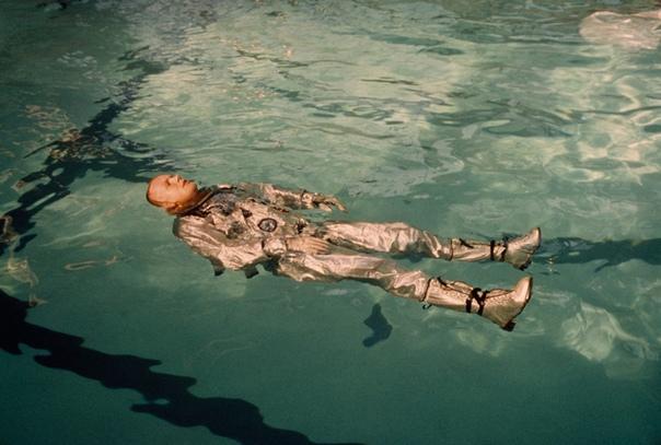 Облаченный в скафандр астронавт Нил Армстронг плавает в бассейне Фото: NASA (1967 год)