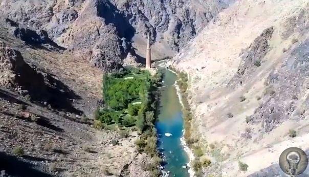 Удивительно, как он еще стоит: минарет Джам в Афганистане. Теоретически он должен был давно превратиться в руины. Но, как ни странно, неплохо сохранился. Что удивительно для страны, в которой ни