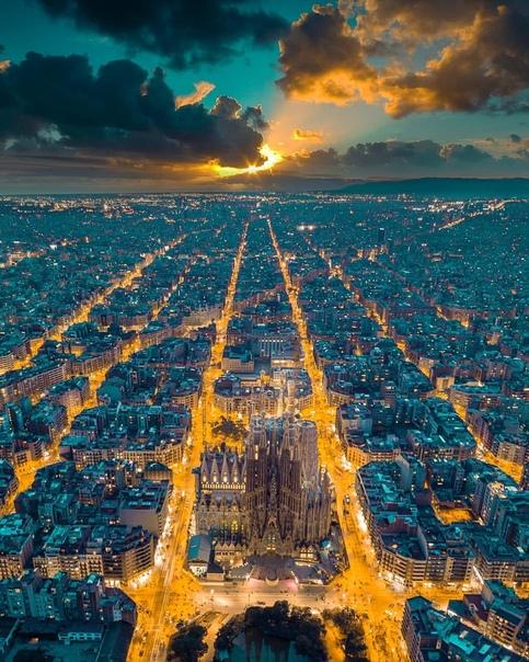 Потрясающий закат с видом на Храм Святого Семейства (Sagrada Familia, Барселона, Испания) Фото: Henry Do