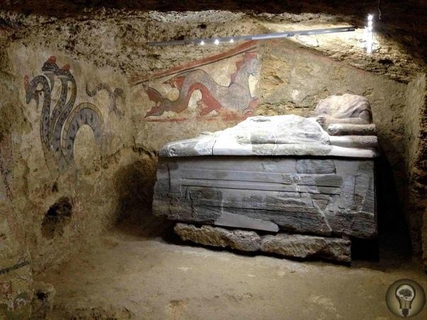 «Змей Горыныч» в культуре этрусков. Данный настенный рисунок был обнаружен в 2003 году в гробнице в окрестностях Сартеано (Италия). Сама гробница датируется серединой IV века до н. э. В ней