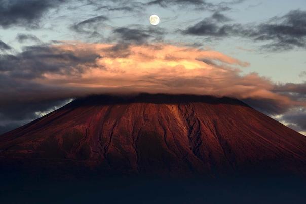 Луна над горой Фудзи, Япония