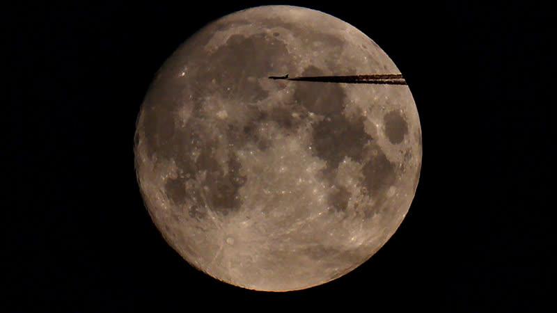 Транзит самолета по диску Луны :D