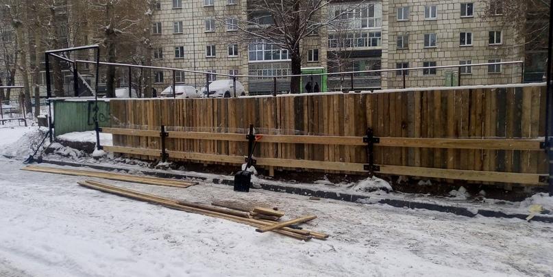 Пермяки своими силами делают каток во дворе дома по ул. Мильчакова, 34.