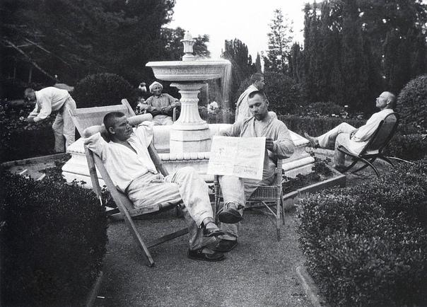 Крестьяне отдыхают у фонтана в царском дворце в Ливадии (Крым, 1926 год)