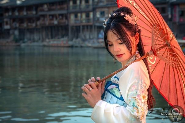 ФЭНХУАН - КИТАЙСКАЯ ВЕНЕЦИЯ НА БЕРЕГАХ РЕКИ ТОЦЗЯН Фэнхуан - это небольшой городок в провинции Хунань на юге Китая расположенный вдоль реки Тоцзян. Приезжают сюда туристы чтобы увидеть