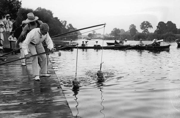 Именно таким забавным способом в Лондоне обучали детей плаванию в 1906 году Любопытно, что в начале XX века плавание было мужским спортом: считалось, что девушкам им заниматься неприлично. Школы