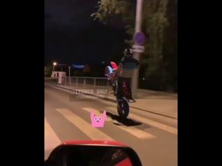 Тюменцы выполняют опасные трюки на мотоциклах