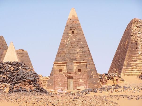 Пирамиды Нубии. Часть 2 Свидетельства тесной взаимосвязи древних культур великого Египта и Мероитского царства обнаружены на севере Судана. В сухой Нубийской пустыне археологи раскопали 35