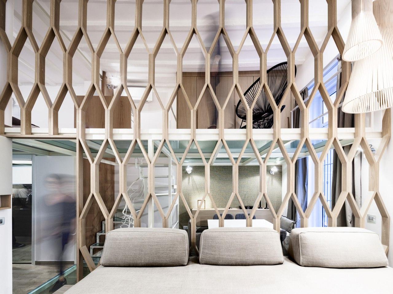 Интересный интерьер с решетчатыми деревянными перегородками.