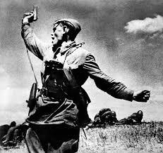 КАК БЫЛА СОЗДАНА ПЕСНЯ СВЯЩЕННАЯ ВОЙНА Песня «Священная война», ставшая своеобразным гимном Великой Отечественной войны, была написана сразу же после её начала поэтом В. И. Лебедевым-Кумачом,