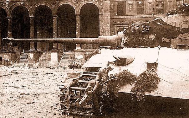 ПРАВИТЕЛЬСТВЕННЫЙ КВАРТАЛ (Из дневника Георга Дирса, командира экипажа 503-го тяжелого танкового батальона ваффен-СС . 21 апреля Ночная тревога, прорыв русских. Отходили в Берлин, ведя на