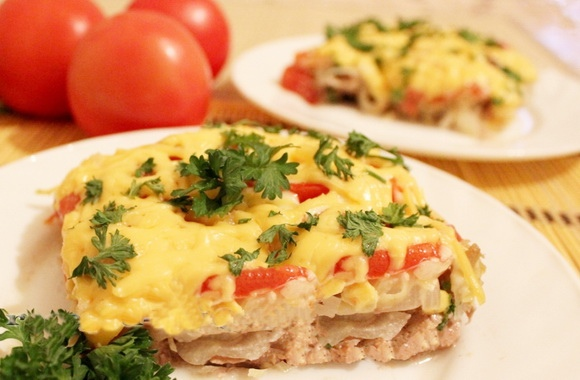Мясо под шубой с соленым огурчиком: восхитительный вкус и у плиты стоять не надо