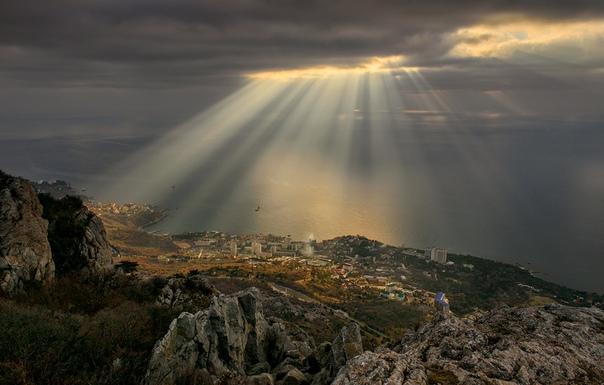 Рассвет над Форосом Есть сведения, что Форос относится к древнейшим поселениям южного берега Крыма, основанном греками в V веке до нашей эры, но впервые упоминается, как Fovi, в хранящихся в
