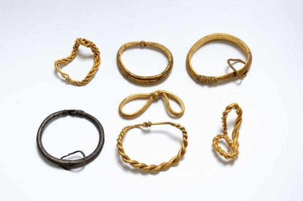 Три археолога-любителя в Ютландии раскопали самую большую коллекцию золота викингов, когда-либо найденную в Дании