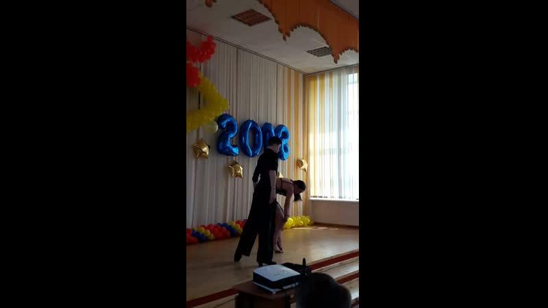 Танец старшеклассников.