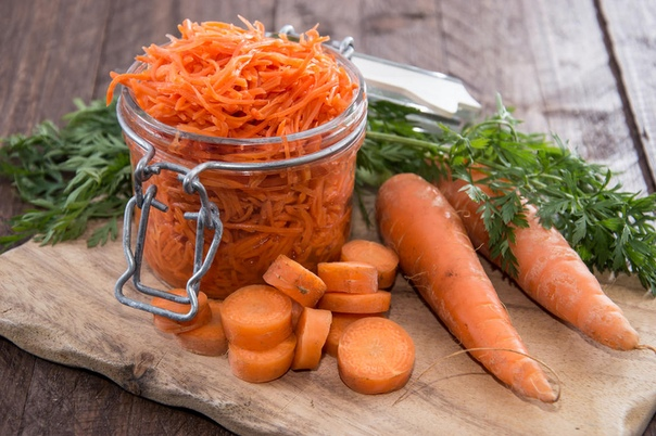 ЗАГОТОВКИ ИЗ МОРКОВИ Закусочка Маришкина морковка. Ингредиенты: Морковь - 1,5 кг Репчатый лук - 1 кг Помидоры - 1 кг Горький перец - 1-6 шт. (по своему вкусу) Растительное масло - 1 стакан 9%