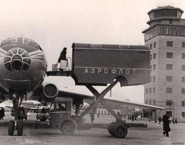 Аэродромный автолифт АЛ-1 Данный самоходный подъемный механизм, предназначенный для проведения погрузки/выгрузки самолётов, был создан в 1959-м году Рижским авиаремонтным заводом 85 Министерства