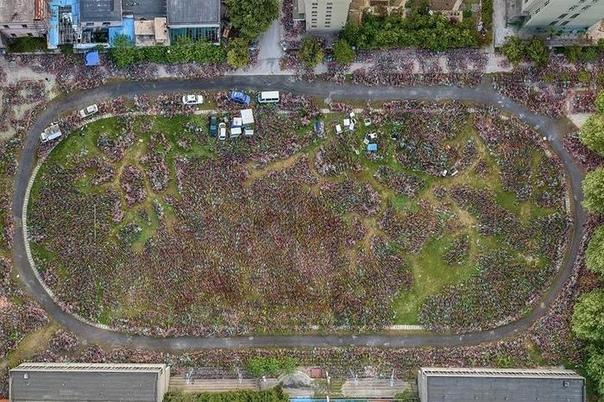 Гигантские велосипедные кладбища показали с дрона Китайский фотограф Ву Гоюн прославился серией работ «Мест нет», посвященной невостребованным общественным велосипедам в китайских городах. Он