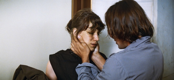 «То лето страсти» 2011, драма (Франция) Режиссёр: Филипп ГаррельМолодого художника бросает возлюбленная. Он очень страдает, но находит свой выход: самоубийство в автокатастрофе, и теперь,