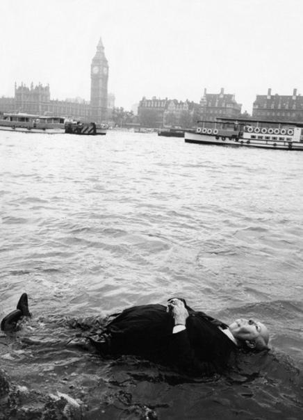 Чучело Альфреда Хичкока плавает в Темзе, 1972 год.