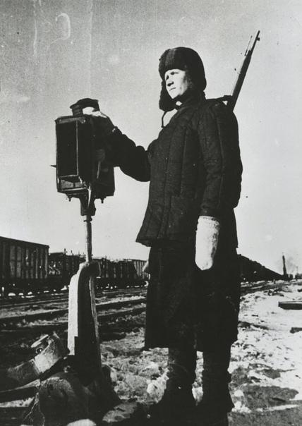 ЖИВАЯ БЛОКИРОВКА Первые железные дороги обходились без диспетчерского управления. Поездов было мало и ходили они так редко, что достаточно просто было выполнять график движения. Правильно