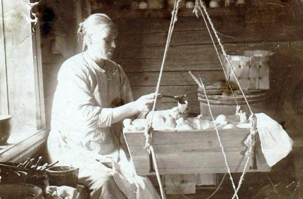 Как же кормили младенцев до появления бутылочек для молока Первые стеклянные бутылочки для грудного вскармливания появились в обиходе на рубеже XIXXX веков, однако и до этого человечество как-то