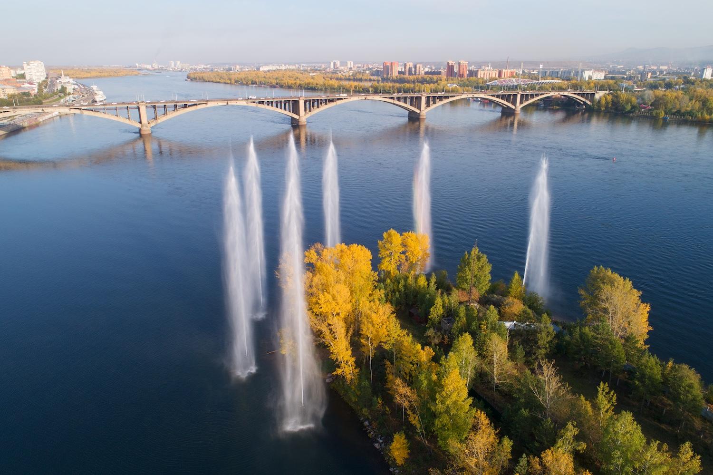 Коммунальный мост и речные фонтаны