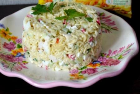 Салат из быстрорастворимой лапши.