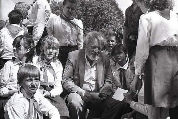 ТАЙНЫ КИРА БУЛЫЧЕВА: АВТОР «ГОСТЬИ ИЗ БУДУЩЕГО» СКРЫВАЛ СВОЕ НАСТОЯЩЕЕ ИМЯ 85 лет назад, 18 октября 1934 года, в Москве родился знаменитый писатель-фантаст и сценарист Кир Булычев. Широкой