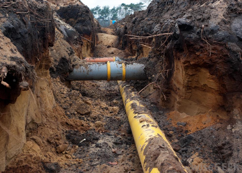 Чугунная труба обычно несет сточные воды, а также используется для вентиляции и транспортировки питьевой воды.